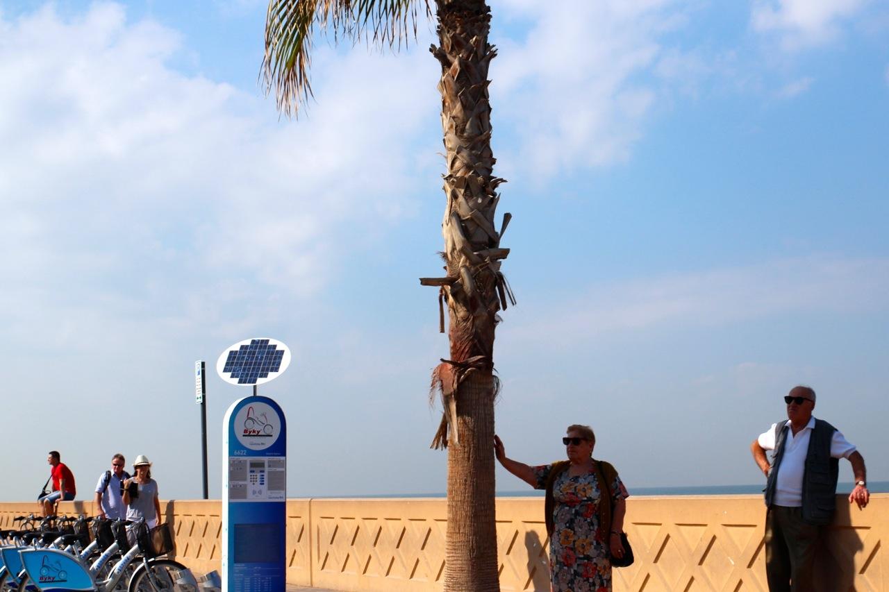 Touristen suchen ein wenig Schatten