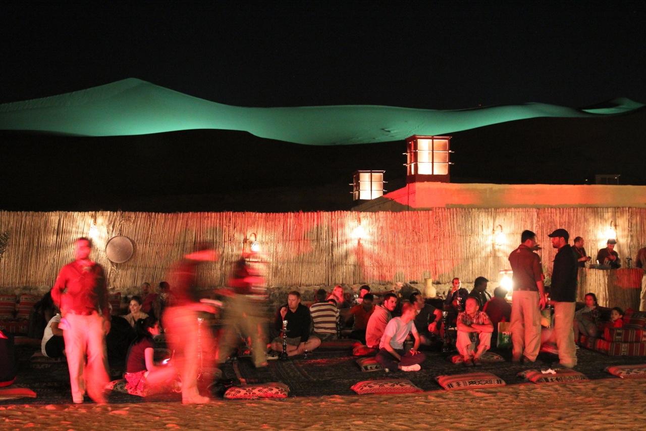 nachts werden die Dünen beim Camp beleuchtet