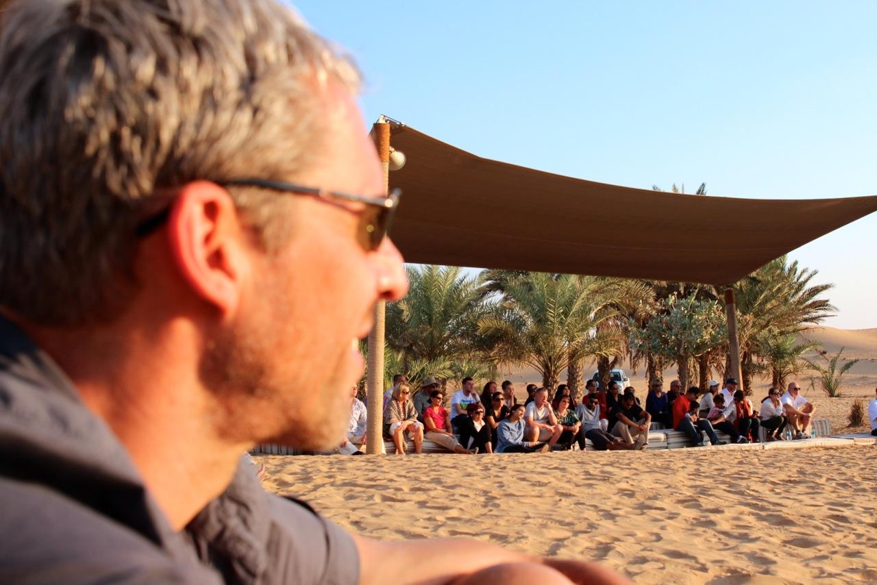 professionelle Falkenshow in der Wüste