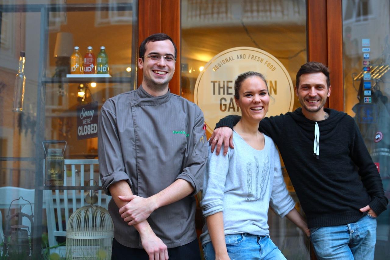 die stolzen Restaurantbesitzer