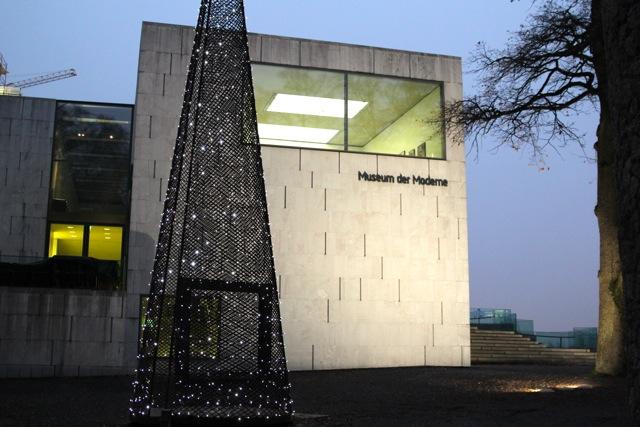 das Museum der Moderne mit Weihnachtsbaum