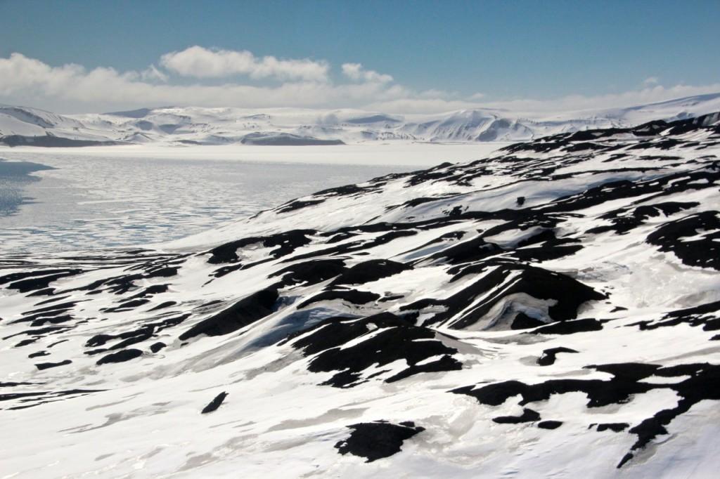 Das Foto zeigt den noch unter einer geschlossenen Eisdecke liegende rückwärtigen Teil