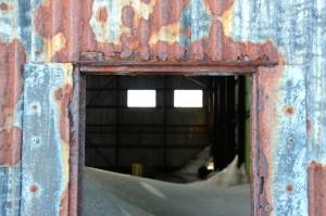 Bis zur Decke mit Schnee gefüllt ist der Hangar