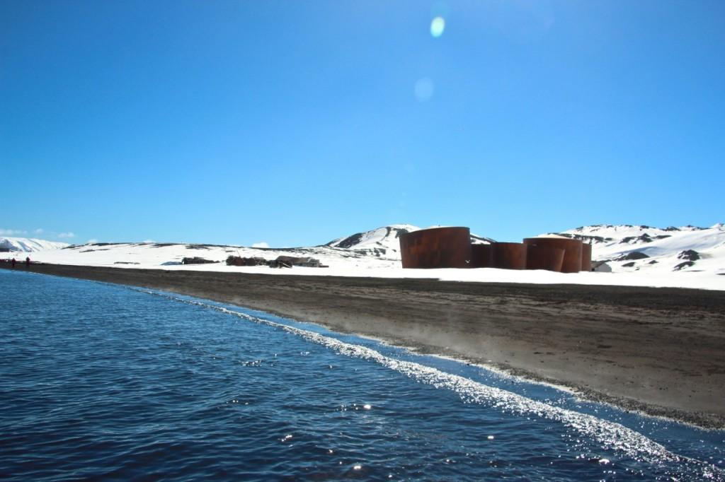Ihr heißer Strand bringt das kalte Meerwasser zum dampfen