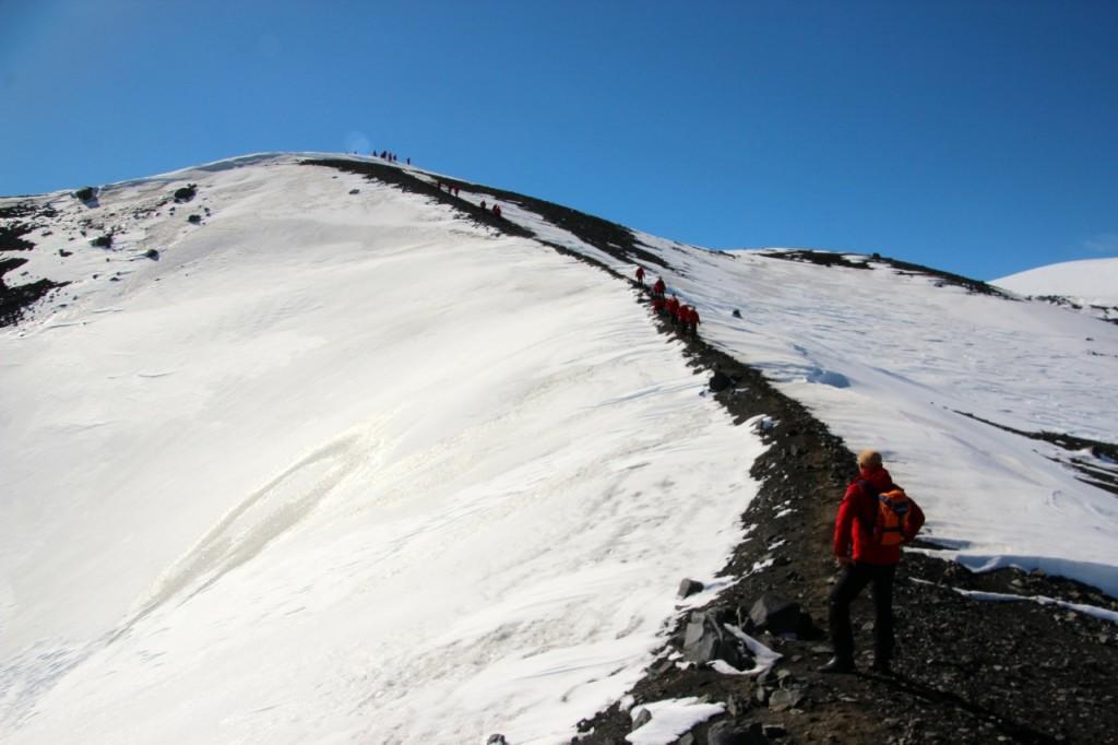 vom fast 110 Metern hohen Hügel hat man den besten Blick auf die Caldera