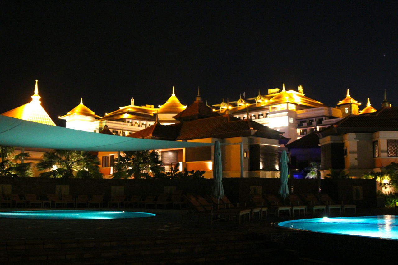 das Anantara bei Nacht