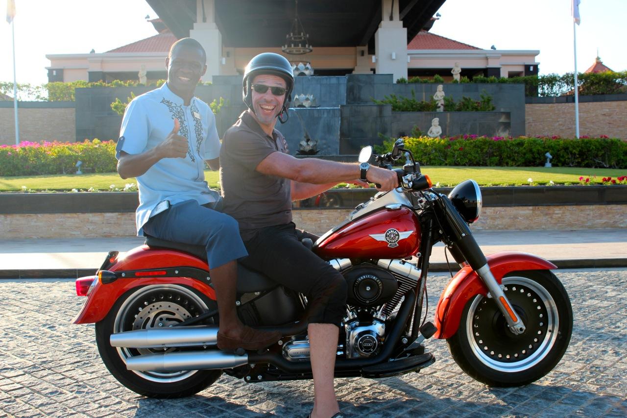 alle wollen sich mit der Harley fotografieren lassen