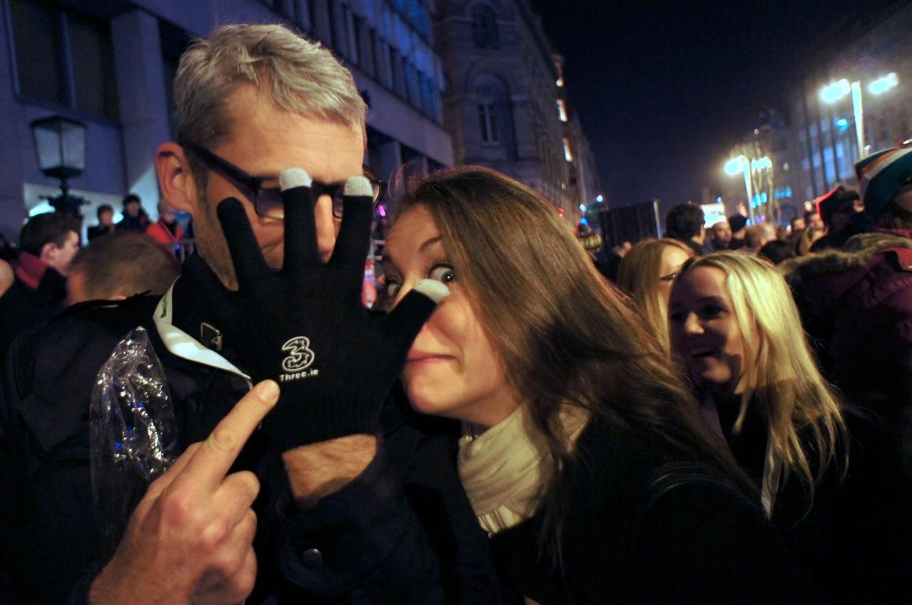 Dirk gewinnt ein Paar-Handschuhe
