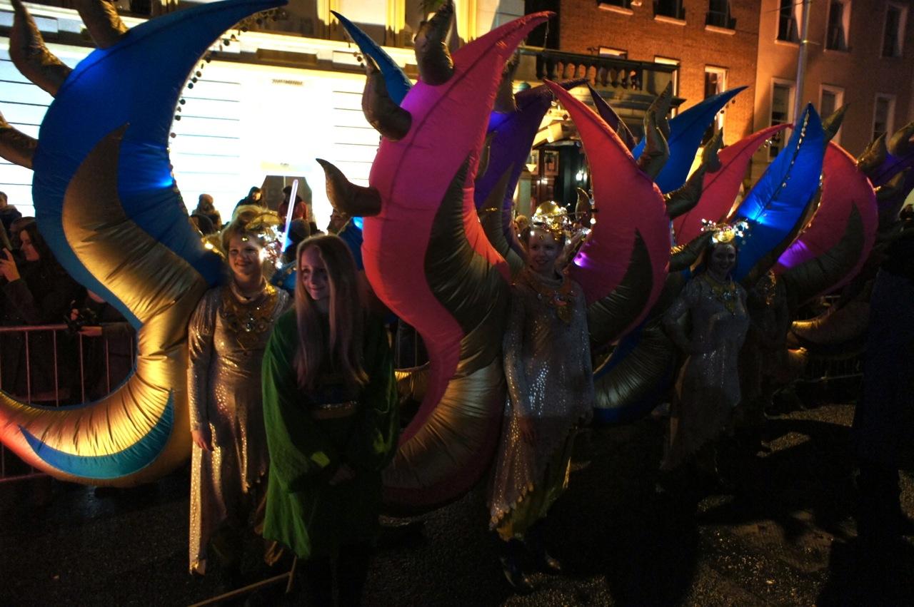 """Strassenparade mit """"Feuerflammen"""""""