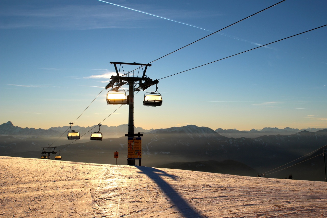 der Skilift glitzert im Gegenlicht
