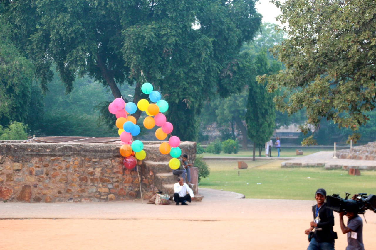 ein Luftballonverkäufer wartet auf Kundschaft