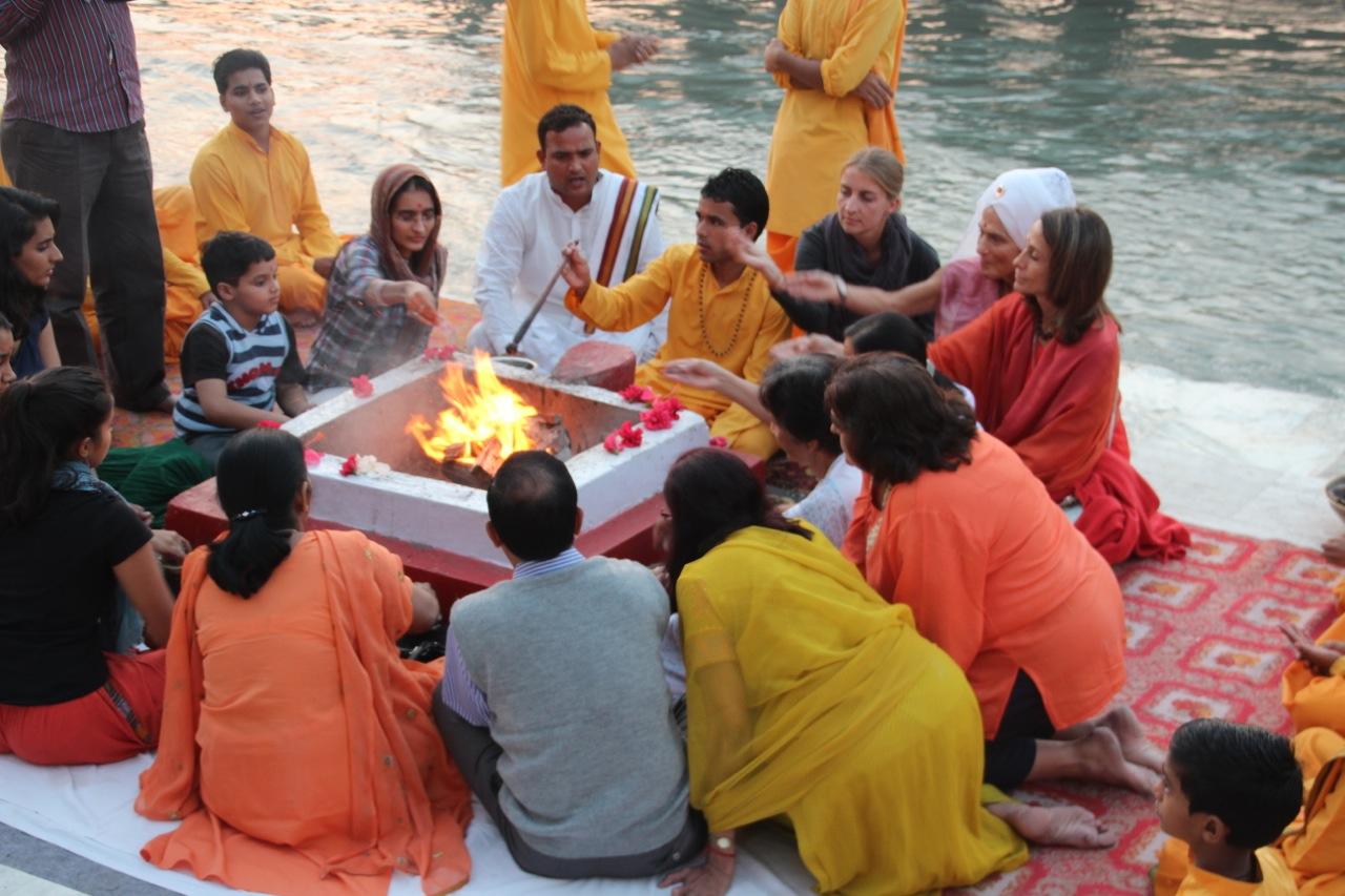 Susanne darf mit am Feuer des Ganga Aarti sitzen