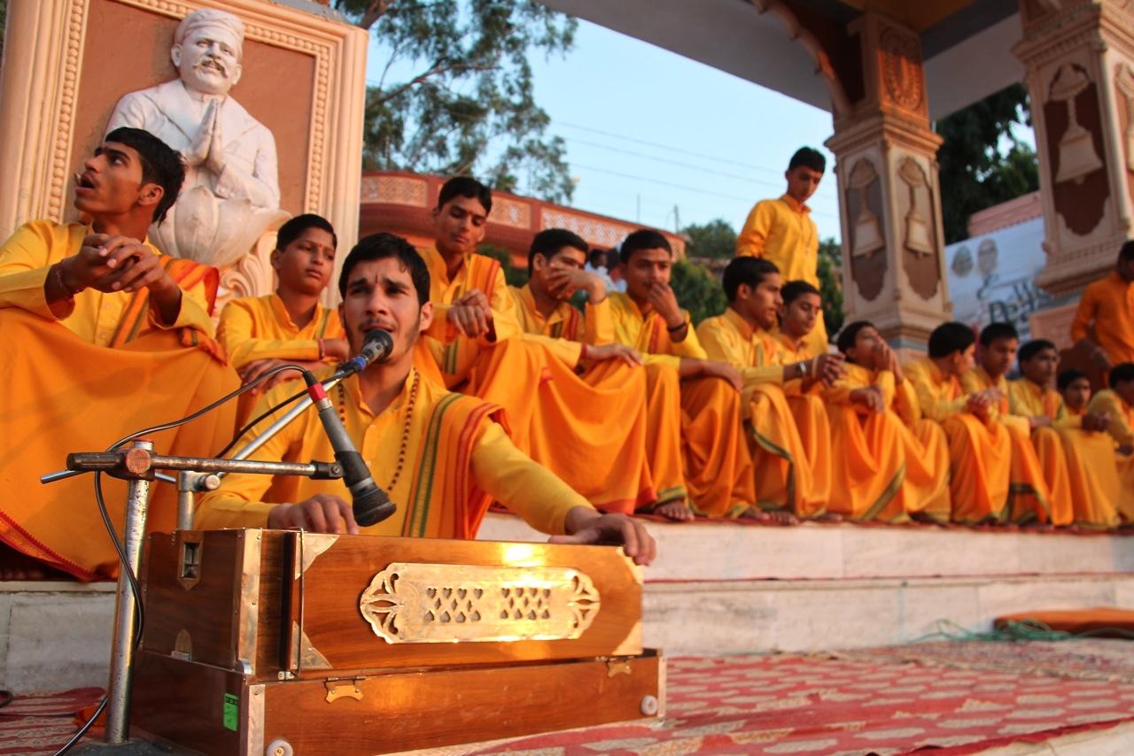 das Ganga Aarti wird mit viel Gesang am Ganges gefeiert