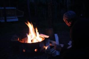 wärmendes Feuer auf dem Zeltplatz im Waterton Lakes Nationalpark