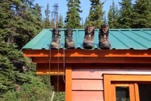 Nachdem ein Erdhörnchen versucht hat, einen Wanderstiefel in seine Höhle zu zerren, trocken wir die Schuhe auf dem Dach
