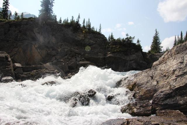 der Wasserfall ist schnell und laut