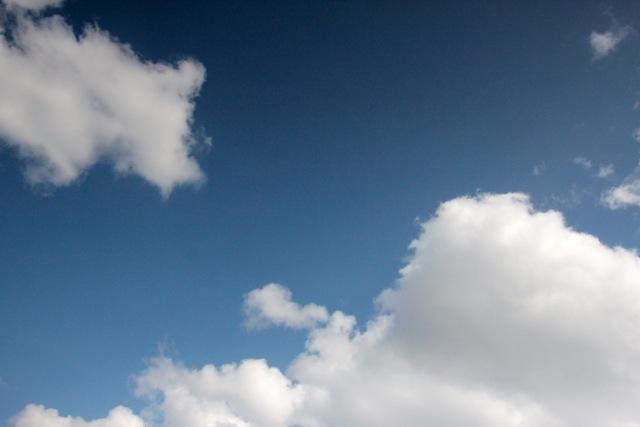 Sanfte Wolken ziehen über uns hinweg
