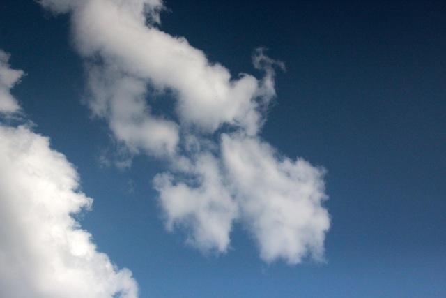 Sanfte Wolken ziehen über das Valley