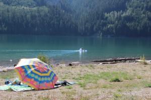 Der Martha Creek Campground liegt direkt am Wasser