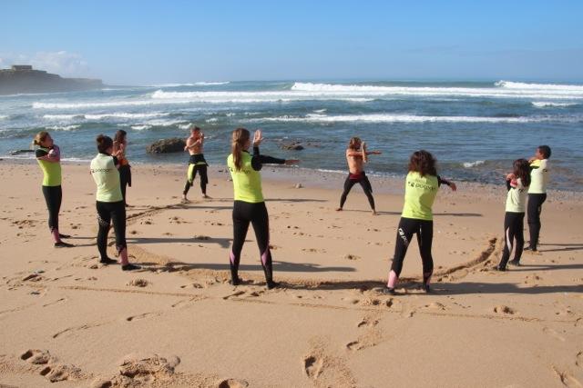 Aufwärmübungen am Strand von Ericeira