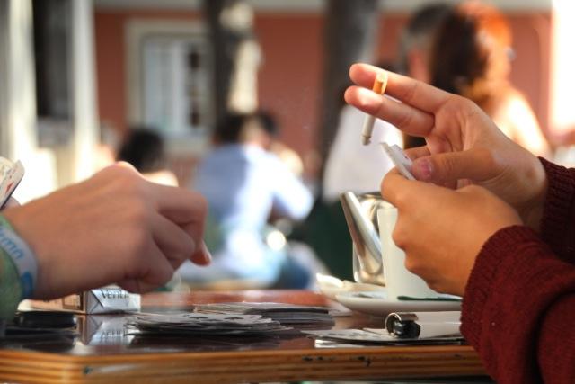 Raucher auf der Terrasse des Miradouro da Graça