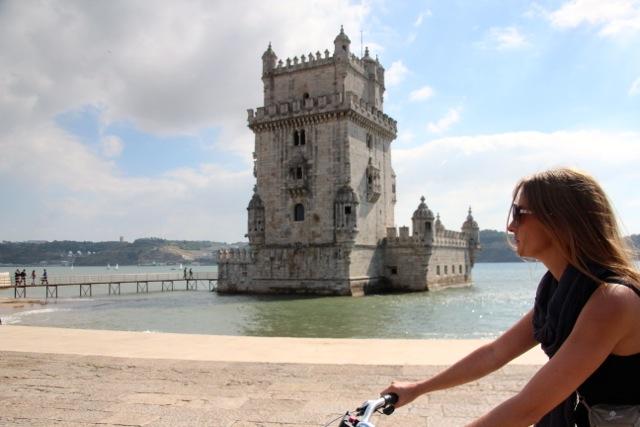 Susanne radelt am Torre de Belém vorbei
