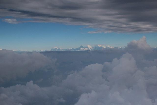 Aus den Wolken über dem Kathmandu-Tal ragen die Eis-Gipfel des Himalayas
