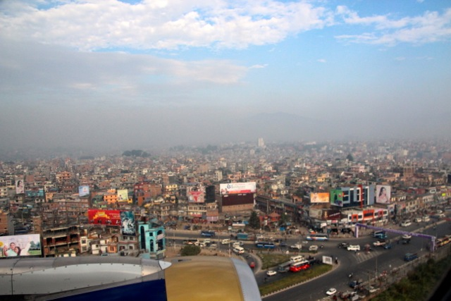 Landeanflug über die Dächer von Kathmandu