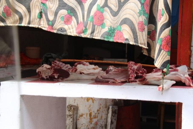 Beweis für Frische: Dasgeschlachtete Huhn blutet noch