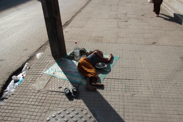 Nepal zählt zu den ärmsten Ländern der Welt: erschöpftes Straßenkind