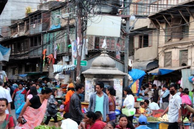 Kabelknäuel, Marktstände, frisch gewaschene Wäsche: ein Platz im Zentrum