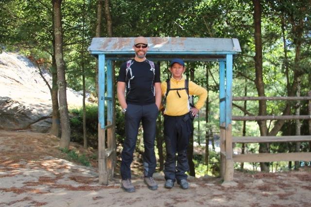 Dirk und Guide Som auf dem Hof einer Grundschule in Monjo