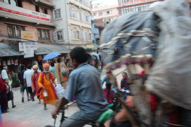 ein Mönch kommt über die Strasse auf uns zu