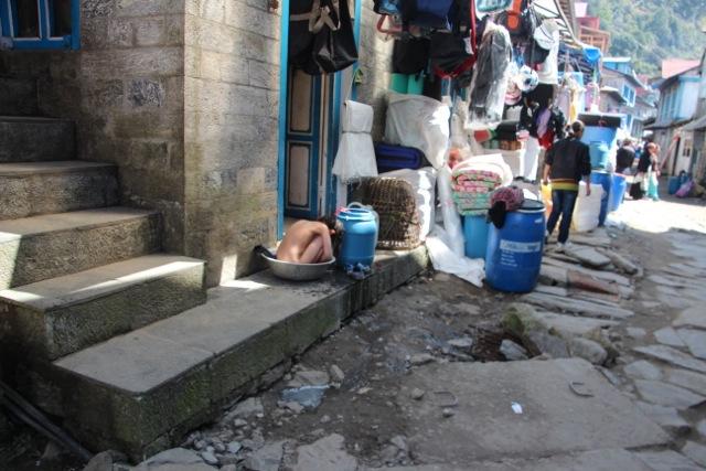 Im Trekker-Dorf: Ein Kind wäscht sich
