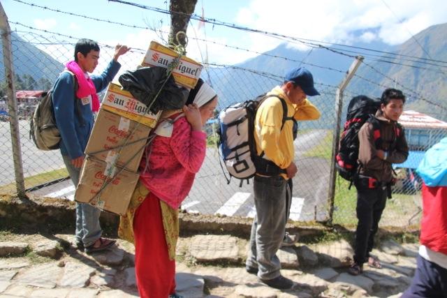 Träger und Touristen auf dem Weg nach Monjo