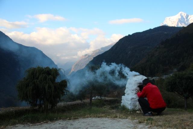 Die Sherpa verbrennen Wachholder-Zweige, um mit dem Rauch böse Geister abzuwehren