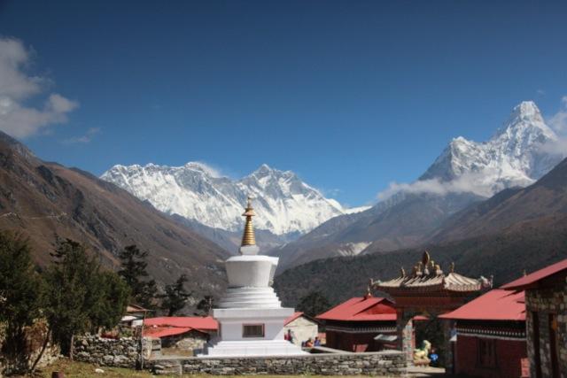 das Kloster liegt am Fuße des Mount Everests