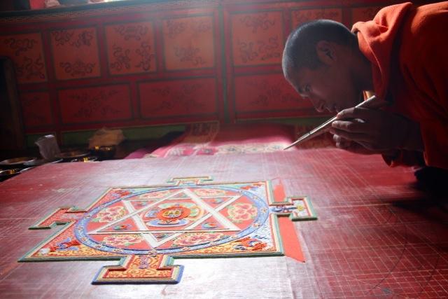Vergänglichkeit in Farbe: Die Mönche gestalten ein Mandala aus buntem Sand