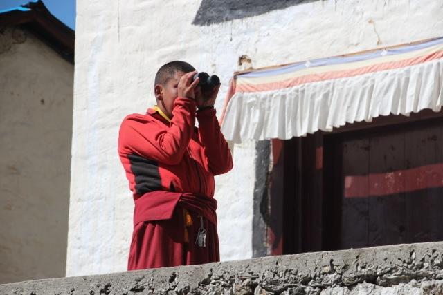 ein Mönch schaut sich die Ama Dablam an