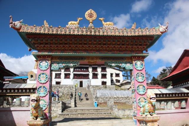 Rehe über dem Tor zum Kloster Tengboche