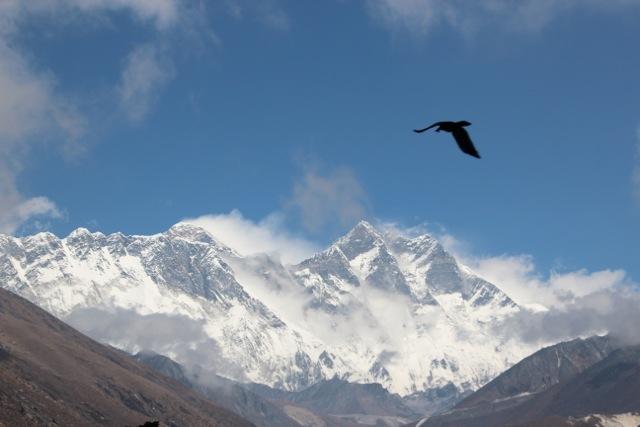 Der Mount Everest mit stürmischer Wolkenfahne