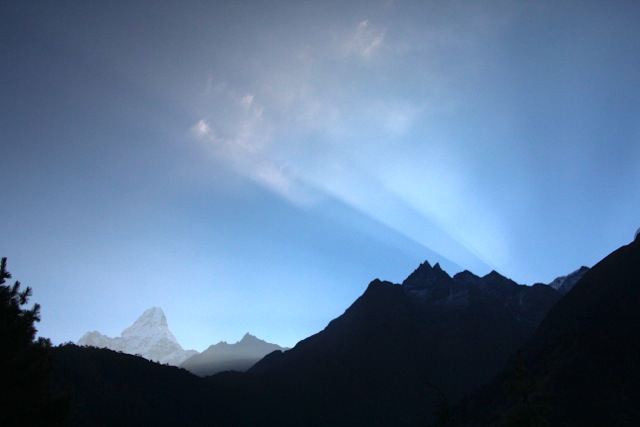 Die Sonne strahlt über die Gipfel