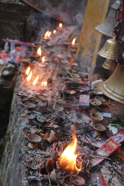 Räucherstäbchen im Tempel Dakshinkali