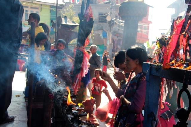Räucherstäbchen werden zu  Dutzenden verbrannt