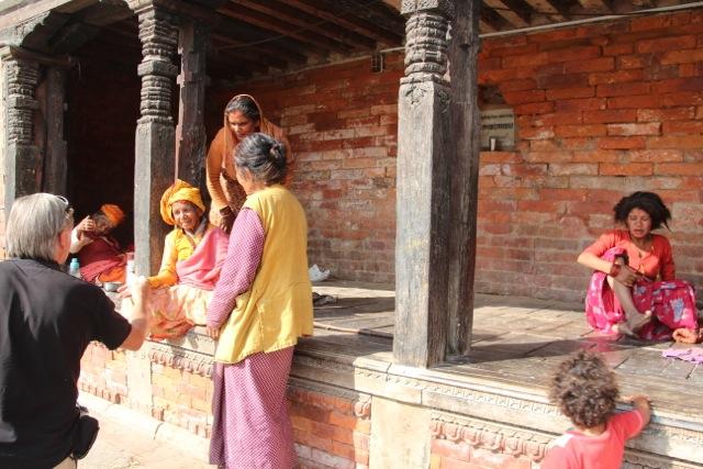 Nepal-Experte Achim spricht mit den Sadu-Frauen