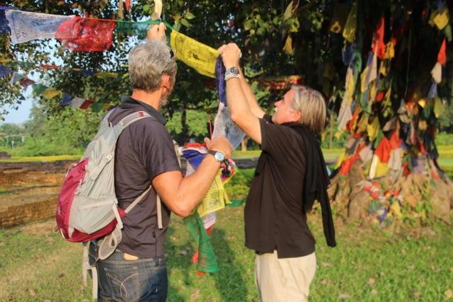 auch Achim und Dirk hängen eine Gebetsfahne an den Baum