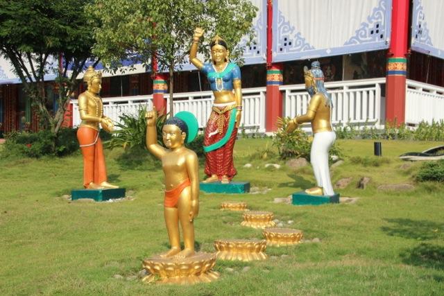 große Anlage mit Skulpturen-Park im Garten, der den Erleuchtungsweg Buddhas zeigt