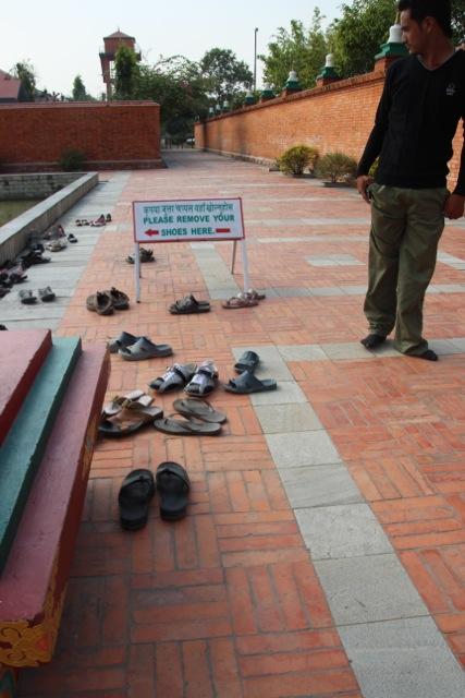 vor dem Betreten der Tempel werden immer die Schuhe ausgezogen