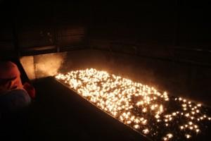 tausende kleiner Kerzen werden verbrannt