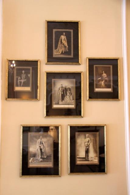 An den Wänden hängen Bilder der Ahnen des Maharadschas